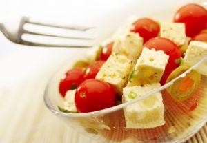 Салат с помидорами черри, перцем и фетой